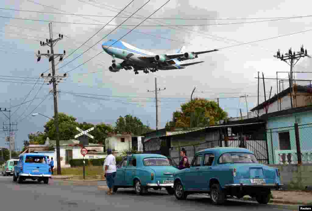 Air Force One carrying U.S. President Barack Obama and his family flies over a neighborhood of Havana as it approaches the runway to land in Cuba for a historic state visit. (Reuters)