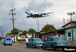Самолет президента США – ВВС-1 – Air Force One заходит на посадку в Гаване