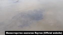 Нефтяное пятно на реке Алдан в Якутии