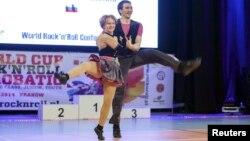 Катерина Тихонова (слева) на выступлении в 2014 году