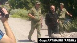 Перед началом встречи российские пограничники у блок-поста передали грузинской стороне заключенного Зазу Тавадзе