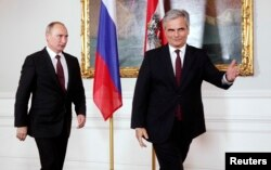 Австрия канцлері Вернер Файман (оң жақта) мен Ресей президенті Владимир Путин. Вена, 24 маусым 2014 жыл.