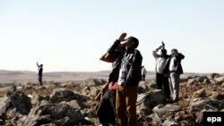 Ljudi iz Turske gledaju avione koji nadleću Kobane