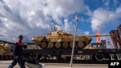 теміржол эшелонындағы Ресейдің әскери техникасы (Көрнекі сурет).