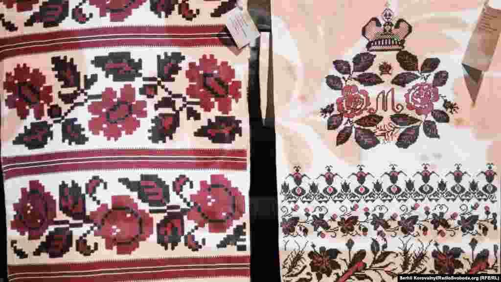 Зліва – тканий рушник із Лівобережної Київщини (середина ХХ століття). Справа – весільний рушник, Чергігівщина (початок ХХ століття)