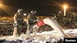 Пожарные и спасатели на месте авиакатастрофы в Казани