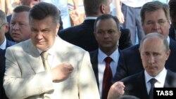 Украина президенті Виктор Янукович (сол жақта) пен Ресей президенті Владимир Путин Киев Русінің христиандықты қабылдауына 1025 жыл толу мерейтойы кезінде құлшылыққа қатысып тұр. Киев, 28 шілде 2013 жыл
