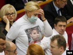 Кандидат от оппозиции в футболке с портретом Юлии Тимошенко на заседании Верховной Рады. 21 ноября 2013 года