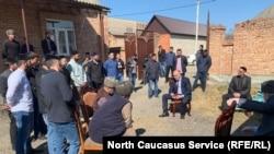 Во дворе у Дугиевых в селе Кантышево собралось множество односельчан после того, как участника протестов Ибрагима Дугиева увезли силовики