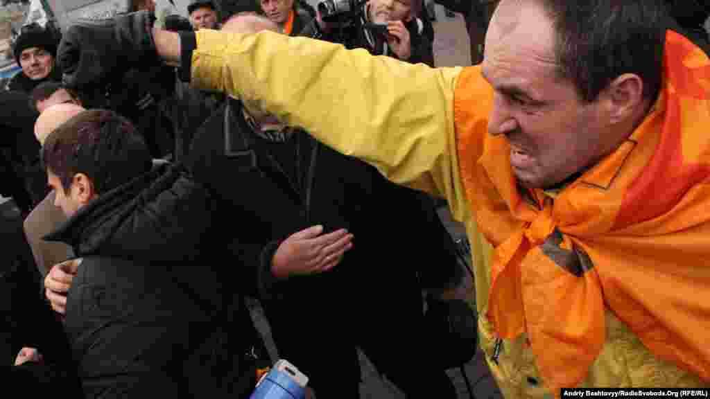 На Майдані Незалежності, попри офіційну заборону, починають збиратися люди, щоб відзначити День Свободи.