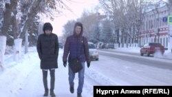 Пешеходы идут вдоль улицы в морозную погоду в Петропавловске.