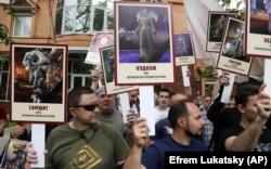 Активісти тримають зображення героїв комп'ютерних ігор на знак протесту проти акції «Безсмертний полк» 9 травня 2018 року у Києві