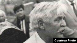 Артур Вольскі на магіле Янкі Геніюша. 1994