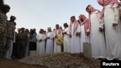 Члены саудовской королевской семьи на похоронах предыдущего наследника - принца Султана, октябрь 2011 года