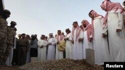 عدهای از اعضای خانواده آل سعود در حال خواندن نماز میت بر مزار سلطان، شاهزاده درگذشته