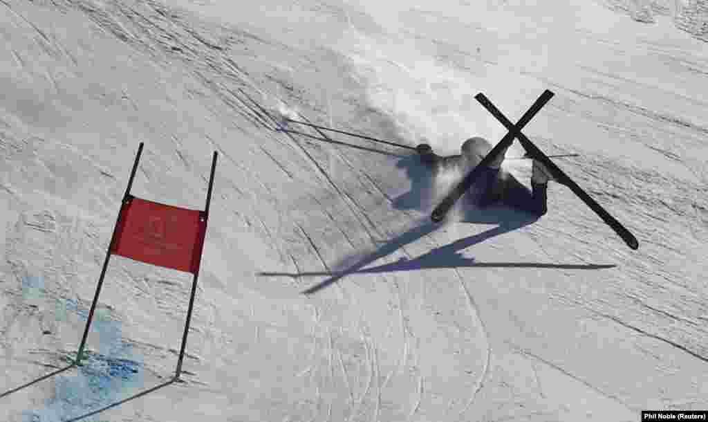 Британка Алекс Тилли падает на соревнованиях по горным лыжам. 15 февраля 2018 года.