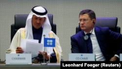 Министр энергетики Саудовской Аравии Абдулазиз бен Салман Аль-Сауд и министр энергетики России Александр Новак во время встречи в Вене, 6 декабря 2019 года