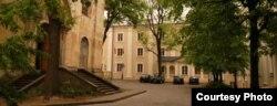 Базылянскія муры ў Вільні. Колішні будынак Беларускага музэю справа