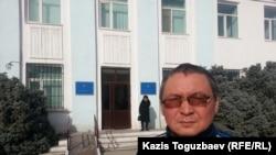Сотталушы Ермек Тайшыбековтің ағасы Марлен Тайшыбеков. Қордай, Жамбыл облысы, 9 қараша 2015 жыл.