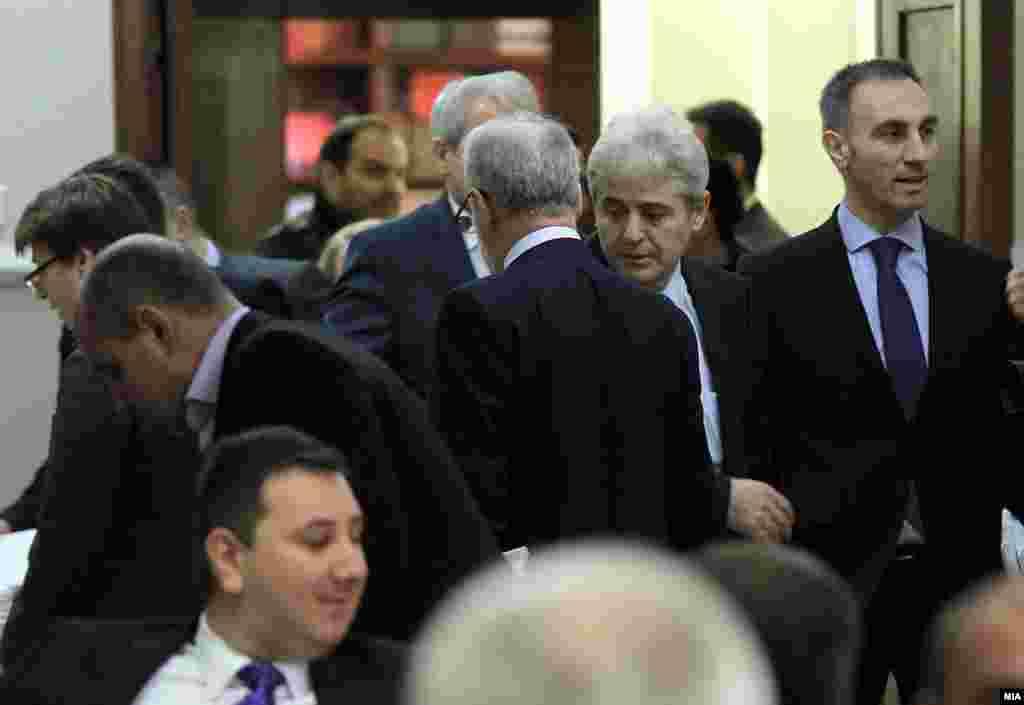 МАКЕДОНИЈА - Лидерот на ДУИ, Али Ахмети по средбата со еврокомесарот Јоханес Хан изјави дека оценките од извештајот на ЕК за напредокот на Македонија не биле неочекуван успех. Но, според него, тоа треба да ги поттикне сите да дадат поголем придонес во спроведувањето на значајни реформи за почнување на преговори со ЕУ.