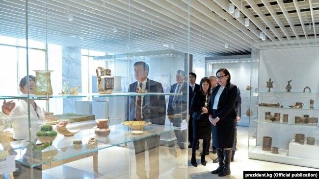 Президент Сооронбай Жээнбеков Тарых музейин калыбына келтирүүнүн жүрүшү менен таанышып жаткан учур. 12-январь, 2019-жыл.