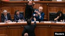 Премьер-министр Эди Рама в парламенте, во время нападения оппозиционера с чернилами. 14 февраля 2019