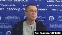 Журналист Сергей Дуванов на презентации отчета по свободе мирных собраний в Казахстане за 2016 и 2017 годы. Алматы, 26 апреля 2018 года.