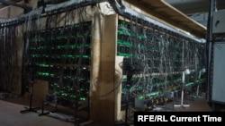 Криптовалюта өндүргөн майнинг-ферма. Иллюстрациялык сүрөт.