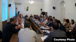 На сессии парламента Абхазии присутствовал вице-премьер и министр финансов Владимир Делба, и ему выпала тяжелая участь отвечать на острые вопросы депутатов и выслушивать их претензии к исполнительной власти по реализации Комплексного плана развития Абхазии