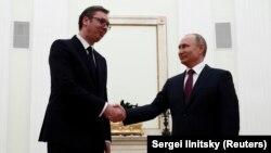 Aleksandar Vuçiq dhe Vladimir Putin gjatë një takimi në Moskë këtë maj.