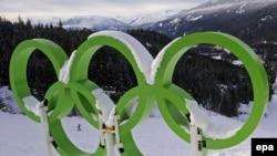 Олимпийские кольца на олимпийской арене в Уистлере