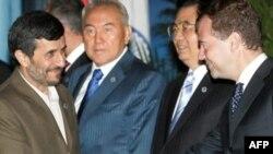 Вслед за председателем Ху (второй справа) члены ШОС и приглашенные лица выразили Дмитрию Медведеву свое понимание