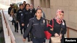 Задержанные по подозрению в связях с организацией Фетхуллаха Гюлена в Турции, апрель 2017 года.