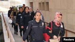Подозреваемых в связях с Фетхуллахом Гюленом ведут в отделение полиции в Бурсе. 27 апреля 2017 года. Иллюстративное фото.