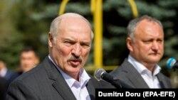 Alexandr Lukașenka (stânga) și Igor Dodon, aprilie 2018