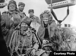 Түсірілім алаңында отырған - режиссер Мәжит Бегалин, оның оң жағында – зайыбы, актриса Олеся Иванова, 1967 ж.