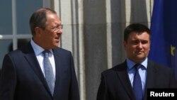 Павло Клімкін (п) і Сергій Лавров (л) перед початком зустрічі в Берліні, 11 травня 2016 року