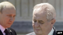 Президент Росії Володимир Путін (Л) і президент Чехії Мілош Земан