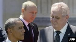Президент США Барак Обама (ліворуч), президент Чехії Мілош Земан (праворуч) та президент Росії Володимир Путін. Архівне фото