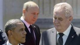 Милош Земан между президентами России и США. Фотография сделана во время торжеств по случаю высадки в Нормандии в июне этого года