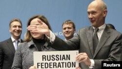 Генеральный директор ВТО Паскаль Лами с российской делегацией после подписания присоединения РФ к Всемирной торговой организации 16 декабря 2011 года