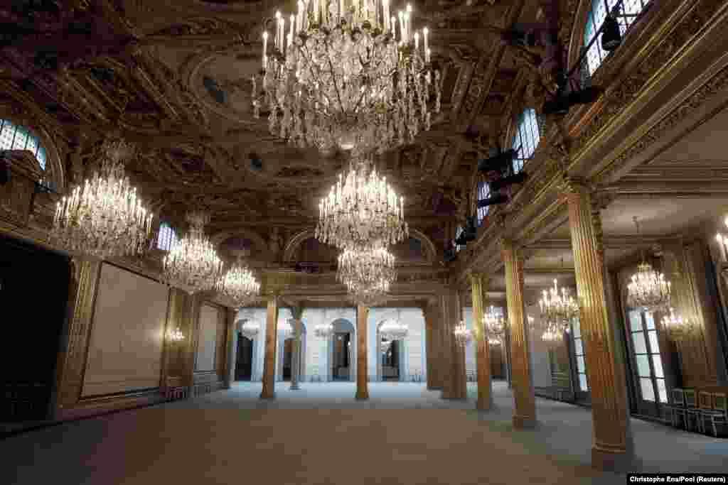 Сегодня в Елисейском дворце также проходят заседания Совета министров Франции, торжества по случаю дня Французской республики и приемы глав иностранных государств. Площадь дворца –более 11 тысяч квадратных метров, из которых 300 –частные апартаменты. Сейчас дворец обслуживает около 800 рабочих