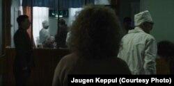 Яўген Кеппул (справа) у ролі галоўнага лекара шпіталя