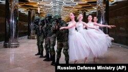 Солдаты и балерины позируют для снимка в честь Международного дня женщин. Екатеринбург, март 2019