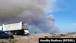Дим над місцем вибухів на складі боєприпасів, Азербайджан, 27 серпня 2017 року