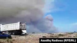 Әзербайжан әскери бөліміндегі қару-жарақ қоймасындағы жарылыстан кейін әуеге көтерілген түтін. 27 тамыз 2017 жыл.