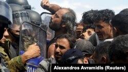 Македония чегарасидан ўтишга ҳаракат қилаётган қочқинлар полиция қаршилигига учрамоқда.
