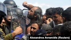 Specijalna policija sprečava izbeglice da uđu u Makedoniju