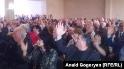 Делегаты съезда единогласно приняли резолюцию, в которой отмечается, что общественно-политическая ситуация в стране является достаточно стабильной