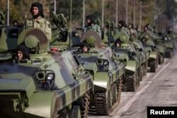 Солдаты сербской армии во время подготовки к параду